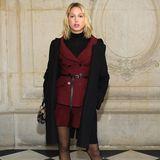 Bei der Schau von Dior zeigt sich Maria-Olympia in einer weinroten Kreation des französischen Couture-Hauses.