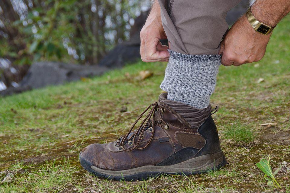 Hohe Socken und lange Hosen machen es den Zecken schwer, an Hautstellen zu gelangen.