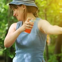 Anti-Insektensprays oder spezielle Anti-Zecken-Sprays helfen, die kleinen Beißer fernzuhalten.