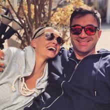 """Trotz opulenter Sonnenbrillevon Daniela Katzenberger und Lucas Cordalis können wir ihre verliebten Blicke förmlich spüren. Die beiden scheinen sich gesucht und gefunden zu haben – das sehen übrigens auch ihre Fans so und betiteln die beiden als """"Traumpaar""""."""