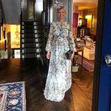 Caroline Fleming hat durch ihre Hochzeit zwar ihren Adelstitel verloren, nicht aber ihren exquisiten Geschmack. Im floralen Kleid und passendem Hut kann sie direkt aufs nächste Pferderennen und würde in der Royal Box garantiert nicht auffallen.