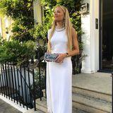 Zum weißen Kleid kombiniert Caroline eine Box-Clutch, die mit Steinchen und ihrem Namen verziert ist. Richtig cool!