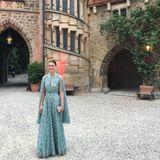 Alana Bunte, die Liebste von Prinz Casimir zu Sayn-Wittgenstein-Sayn, ist auf der Welfenhochzeit auf Schloss Marienburg eine der schönsten Royals. Im Cape-Kleid sieht sie einfach toll aus.