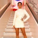 Der Auftritt von Shanina Shaik macht Eindruck. In dem weißen Mini-Kleid wirken die Beine des australischen Models endlos...