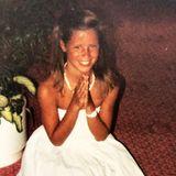 Kommt Ihnen dieses süße Lächeln bekannt vor? Richtig, das ist Michelle Hunziker mit niedlichen 9 Jahren und der stolzen Dankbarkeit, sich mit ihrem neuen weißen Kleid,wie eine Prinzessin zu fühlen. Mit diesem süßen Throwback-Foto erzählt sie, wie verrückt sie ihre Mutter damals gemacht hat, um dieses Kleid zu bekommen.