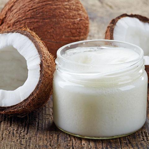 Kokosöl ist ein natürliches Mittel gegen Zecken und zur Behandlung bei einem Zeckenbiss geeignet
