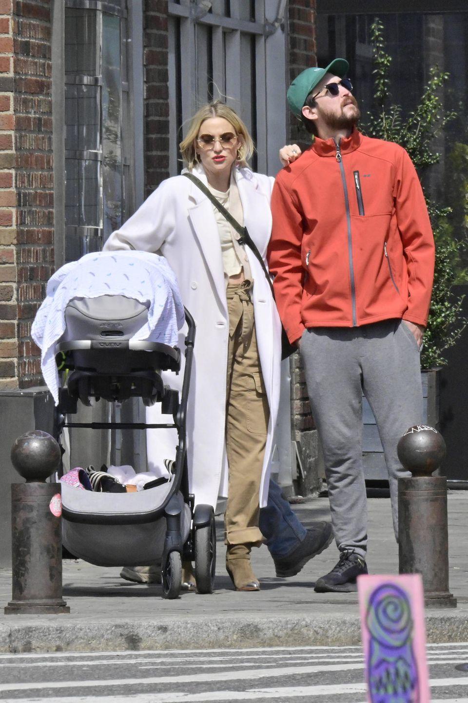 5. April 2019  Kleiner Familienausflug von Schauspielerin Kate Hudson und ihrem Freund Danny Fujikawa, der trotz Hutbedeckung, Normalo-Outfit und großer Sonnenbrille nicht unentdeckt bleibt. Töchterchen Rani hat am2. Oktober 2018 das Licht der Welt erblickt, sie ist Kates drittes Kind.