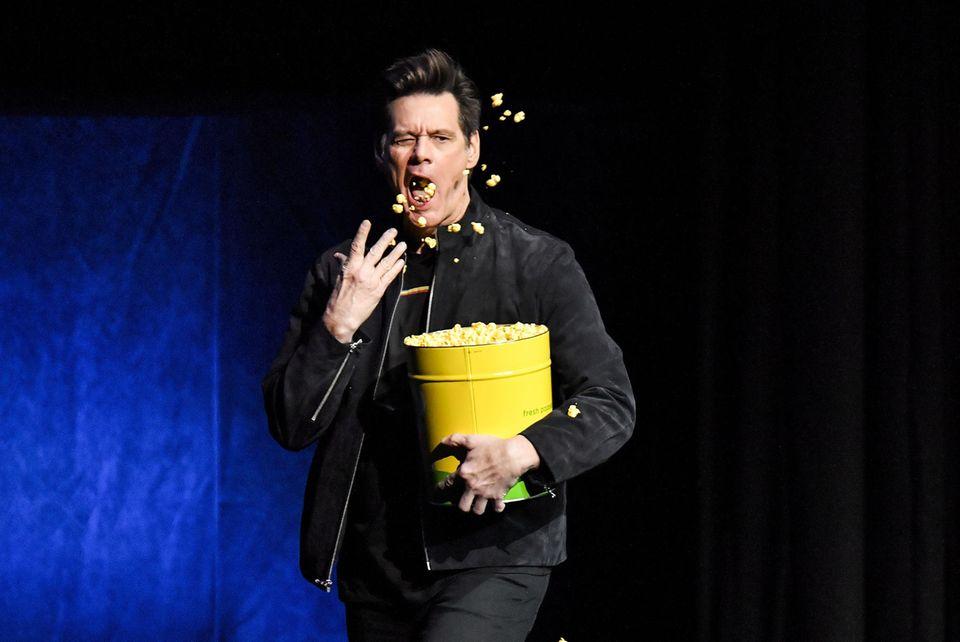 """5. April 2019  Auf der CinemaCon 2019 in Las Vegas spricht Schauspieler Jim Carrey über seinen kommenden Film """"Sonic the Hedgehog"""" – für den es mit Sicherheit viel Applaus geben wird. Bis dahin versorgt sich Carrey mit einer Portion Popcorn."""