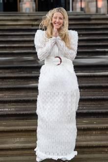 """Zur Weltpremiere von """"Our Planet"""" im Natural History Museum in London erscheint Sängerin Ellie Goulding in einem bezaubernd schönen, bodenlangen Kleid. Die Treppenstufen und der Wind spielen der hübschen Britin jedoch nicht wirklich in die Karten..."""