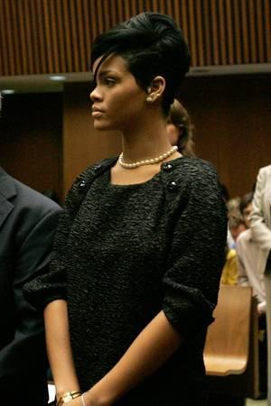Rihanna erscheint mit Perlenkette und dezentemMake-up vor Gericht.