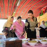 Königin Rania ist sich trotz Royal-Titel nicht zu schade, um in der Küche fleißig zu helfen. Sie war zu Besuch in Wadi Shueib, im jordanischen Al Balqa. Dort hat sie gemeinsam mit den Frauen des Dorfes traditionelle Speisen hergerichtet und anschließend auch mit ihnen verzehrt.Ihre Outfit-Wahl war zwar elegant, aber nicht zu abgehoben für einen Tag in der Dorfküche. Perfekt!