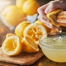 Mückenstich-Hausmittel wie beispielsweise Zitronensaft beruhigen die gereizten Hautstellen ganz natürlich