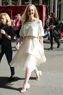 Kaum ist die Sonne raus, strahlt auch Dakota Fanning. Die Schauspielerin spaziert mit einem strahlenden Lächeln durch New York und präsentiert sich in einem komplett weißen Look. Durch ihren Porzellan-Teint gleicht sie schon fast einer elfenhafte Erscheinung. Wunderschön!