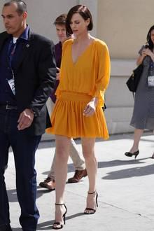 Charlize Theron trägt ihre Haare seit der Oscar-Verleihung im Februar dunkel. Zuvor kannten wir die Schauspielerin nur mit goldener Mähneund jede Blondine kennt das Problem: Gelb macht wahnsinnig schnell blass! Jetzt nutzt Theron ihren neuen Look, um sich endlich mal in einem sonnengelben Kleid zu zeigen.