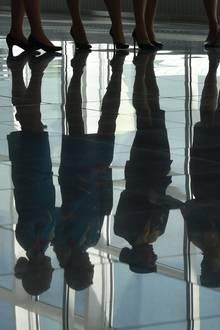 Flugbegleiterinnen stehen am Flughafen zusammen.