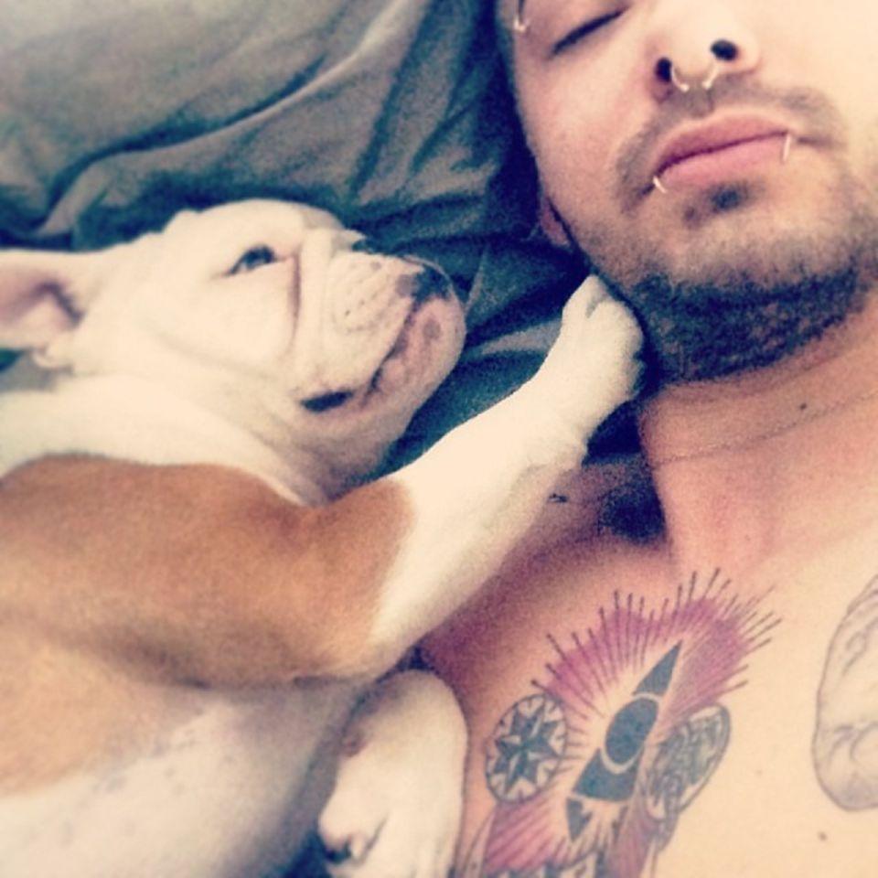 """Bill Kaulitz  Der """"Tokio Hotel""""-Frontsänger Billl Kaulitz machtseinen Instagram-Auftakt am 15. April 2019zusammen mit seinem damaligen Hund Pumba."""