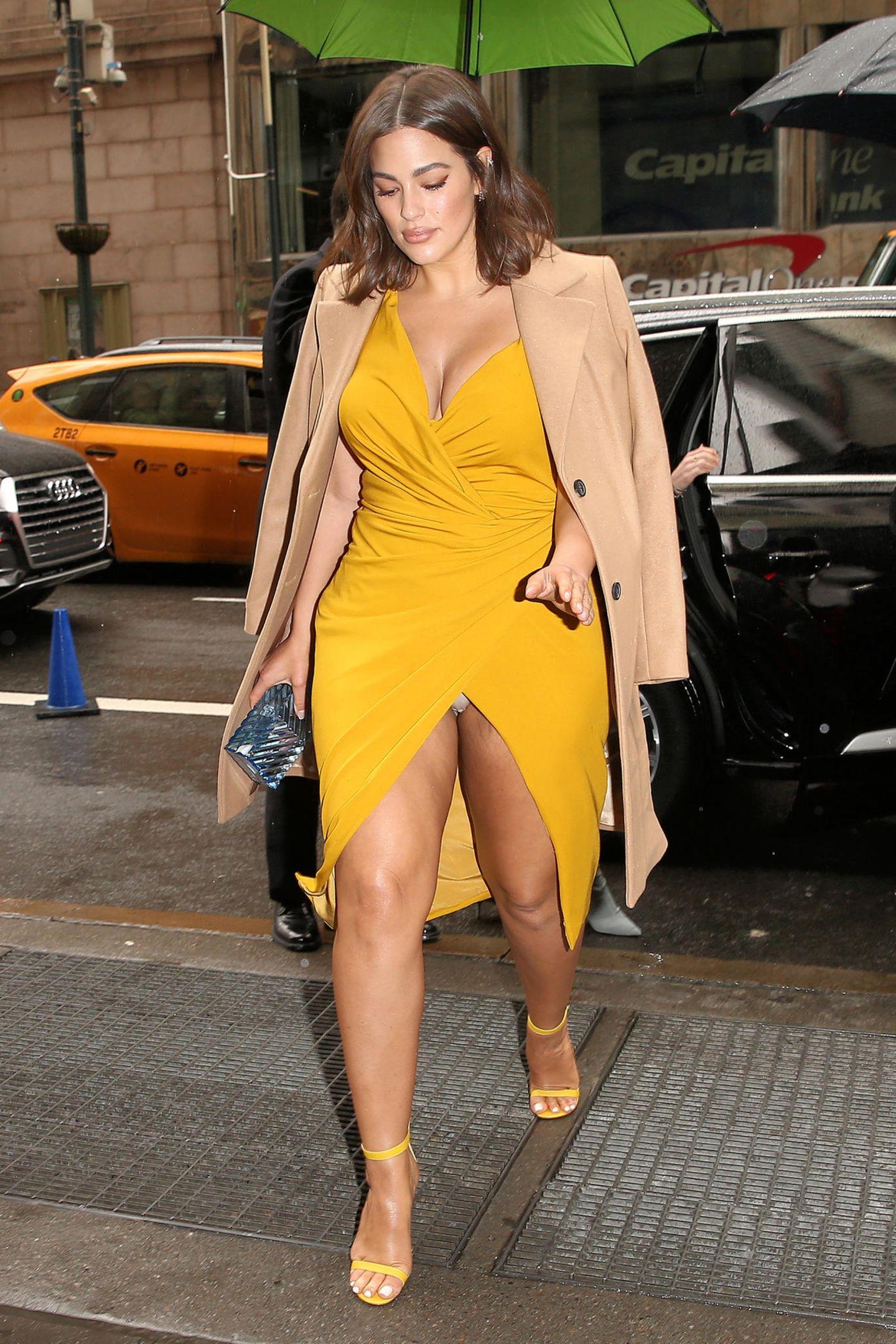 Auf dem Weg zumVariety's 'Power of Women'-Lunch hätte Topmodel Ashley Graham mit ihrem sehr hochgeschlitzten, frühlingshaften Dress ein bisschen besser aufpassen müssen, dann wäre ihr dieser dezente Höschen-Blitzer nicht passiert.