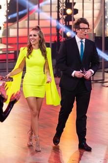 """Die 80er Jahre lassen grüßen: Die zweite Show der diesjährigen """"Let's Dance""""-Show steht ganz im Zeichen der 80er Jahre. Moderatorin Victoria Swarovski strahlt in einem neongelben Cape-Kleid."""