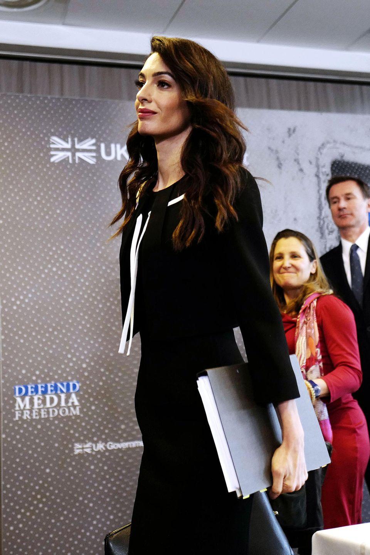 Seriös und stylisch zugleich: Amals eleganter Business-Look kombiniert Etuikleid und Bolero-Jäckchen.