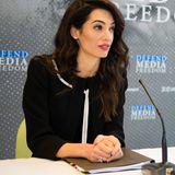 Neuer Job, neuer Look: Amal Clooney wird beim Treffen der Außenminister im französischen Dinard als neue Botschafterin für Medien-Freiheit vorgestellt und sieht dabei im Schwarz-Weiß-Style wie immer perfekt aus.