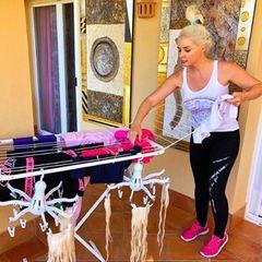"""""""Waschtag"""" - Daniela Katzenberger nimmt ihre Follower auf Instagram gerne mit durch ihren Alltag und zeigt sich stets super authentisch. An der Wäscheleine der Katze hängen nämlich nicht nur gewöhnliche Kleidungsstücke, sondern auch ihre Haar-Extensions ..."""