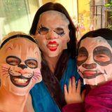 """Tierisch gut: Daniela Katzenberger genießt mit ihren Freundinnen eine Runde """"Wellness at Home"""" - dabei setzen sie auf Gesichtsmasken mit lustigen Tiermotiven."""