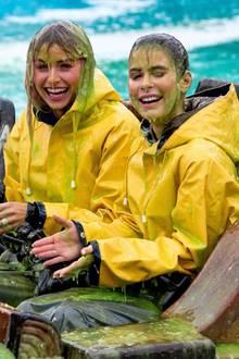 5. April 2019  Schleim-Attacke! Lena Gercke und Lena Meyer-Landrut haben anlässlich der deutschenKids Choice Awards im Europa-Park die volle Ladung grüner Suppe abbekommen. Und so wie die beiden lachen, hat das sogar Spaß gemacht.