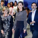 """Knapp ein Jahr später holt Königin Letizia ihren Oster-Look vom Vorjahr jedoch wieder raus. Der Zoff mit der Schwiegermutter scheint vergessen, die negativen Erinnerungen, die sie mit diesem Outfit verbindet, ebenso. Bei einer Veranstaltung zum Thema """"Medien und psychische Gesundheit"""" in Madrid strahlt Letizia in ihrer gepunkteten Bluse und ihrer raffinierte High-Waist-Hose."""