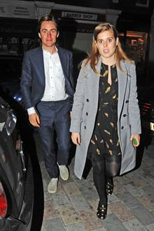 Erst Anfang April wurde Prinzessin Beatrice mit ihren neuen FreundEdoardo Mapelli Mozzi bei einem Familienausflug gesichtet. Jetzt machten sich die beiden im Londoner Chiltern Firehouse einen romantischen Abend, er im lässigen blauen Anzug, sie mit im gold-schwarzen Style mit spitzengesäumtem Frühlingskleid. Später wurde dann auch Händchen gehalten.