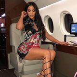 Ungewöhnlicher Reise-Look: Kim Kardashian liebt es außergewöhnlich - nicht nur was ihre Art zu reisen angeht. Doch wirklich bequem sieht dieses Outfit nicht aus. Kim reist in einem superknappen Mini-Kleid und extravaganten Sandaletten. Bei diesem kurzen Röckchen muss sie aufpassen, dass sie nicht zu viel zeigt - wobei: Sie reist ja im Privat-Jet.
