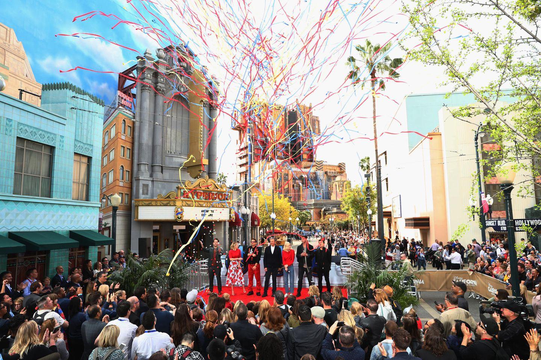 """Was für ein Tag im Disneyland! Die """"Avengers""""Paul Rudd, Scarlett Johansson, Robert Downey Jr., Brie Larson, Chris Hemsworth und Jeremy Renner feiern zusammen mit Disney-Chef Bob Igerdie gemeinnützige Initiave """"Avengers Universe Unites""""."""