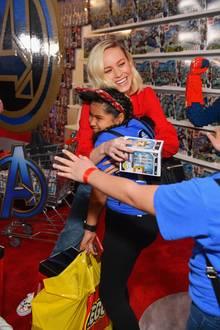 Großfirmen wie Lego, Amazon und Co. haben Geld und Spielzeug im Wert von über 5 Millionen Dollar gespendet, das kritisch kranken Kindern auf der ganzen Welt zugute kommt. Brie Larson erfreut damit schon mal die jungen Besucher.