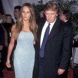 1999 zeigte First Lady Melania Trump noch ganz offen ihr Schönheitsmakel und trug häufiger offene Schuhe. Vor allem zu Abendkleidern kombinierte sie gerne filigrane Sandaletten, die ihren Füßen - zugegebenermaßen - jedoch nicht schmeichelten. Melania hat den sogenannten Morton's Zeh - ihr zweiter Zeh ist größer als der große Zeh.