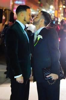 """Marc hatte seinem Langzeitfreund und Kerzenmachen im April 2018 einen Antrag im """"Chipotle""""-Restaurant gemacht, aber nicht irgendeinen, er engagierte eine Flashmob-Tanzgruppe, die Princes Superhit """"Kiss"""" performte, bevor er auf die Knie ging."""