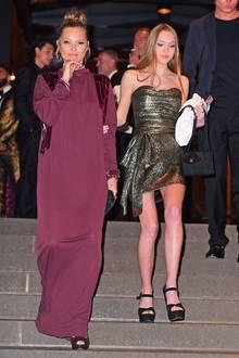 Lila Grace ist mit ihren 16 Jahren nämlich schon eine richtig schöne, junge Frau. Hier begleitet sie Mama Kate zur Hochzeit von Marc Jacobs in New York. Von dem Star-Designer hat sie nämlich auch ihren ersten Modeljob bekommen. Die Fußstapfen ihrer Mutter wollen schließlich ausgefüllt werden.
