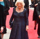 Das bodenlange und mit Pailletten besetzte Dress verleiht Herzogin Camilla einen besonderen Glow. Und noch etwas strahlt mit der Frau von Prinz Charles um die Wette: ihr funkelnder Schmuck! Denn zu diesemAnlass führt Camilla ihre kostbaren Diamant-Ohrringe und dazu passende Halskette aus.