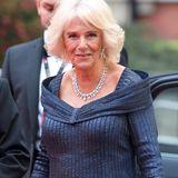 Herzogin Camilla trägt eine dunkelblaue Robe von Bruce Oldfield, als sie die Olivier Awardsin London besucht – und ist damit der Hingucker des Abends, denn die 71-Jährige macht darin eine super Figur! Es ist übrigens nicht das erste Mal, dass sich Camilla in dieses Kleid hüllt: Bereits du den Feierlichkeiten anlässlich des 70. Geburtstags ihres Mannes Prinz Charles führt sie das Designer-Dress aus.