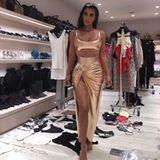 Kim Kardashian zeigt sich Anfang Februar im gleichen Kleid. Ihr Dress stammt aus der Feder von Ehemann Kanye West, eine Maßschneiderung. Obwohl Kim andere Modelabels bat, mit Kopien zu warten, bis sie das Kleid auch in der Öffentlichkeit getragen hat, scheint Alicia nur wenige Wochen später einen Abklatsch gefunden zu haben. Beide Frauen können es tragen...
