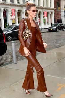 In einem braunen Lederoutfit ist Bella Hadid auf dem Weg zu ihrer Schwester Gigi. Der Komplettlook ist dabei so auffällig, dass direkt ein paar Fotografen sie auf dem Bürgersteig erkennen. Doch so extravagant die Kombination auch ist, so richtig scheint sie nicht zu passen.