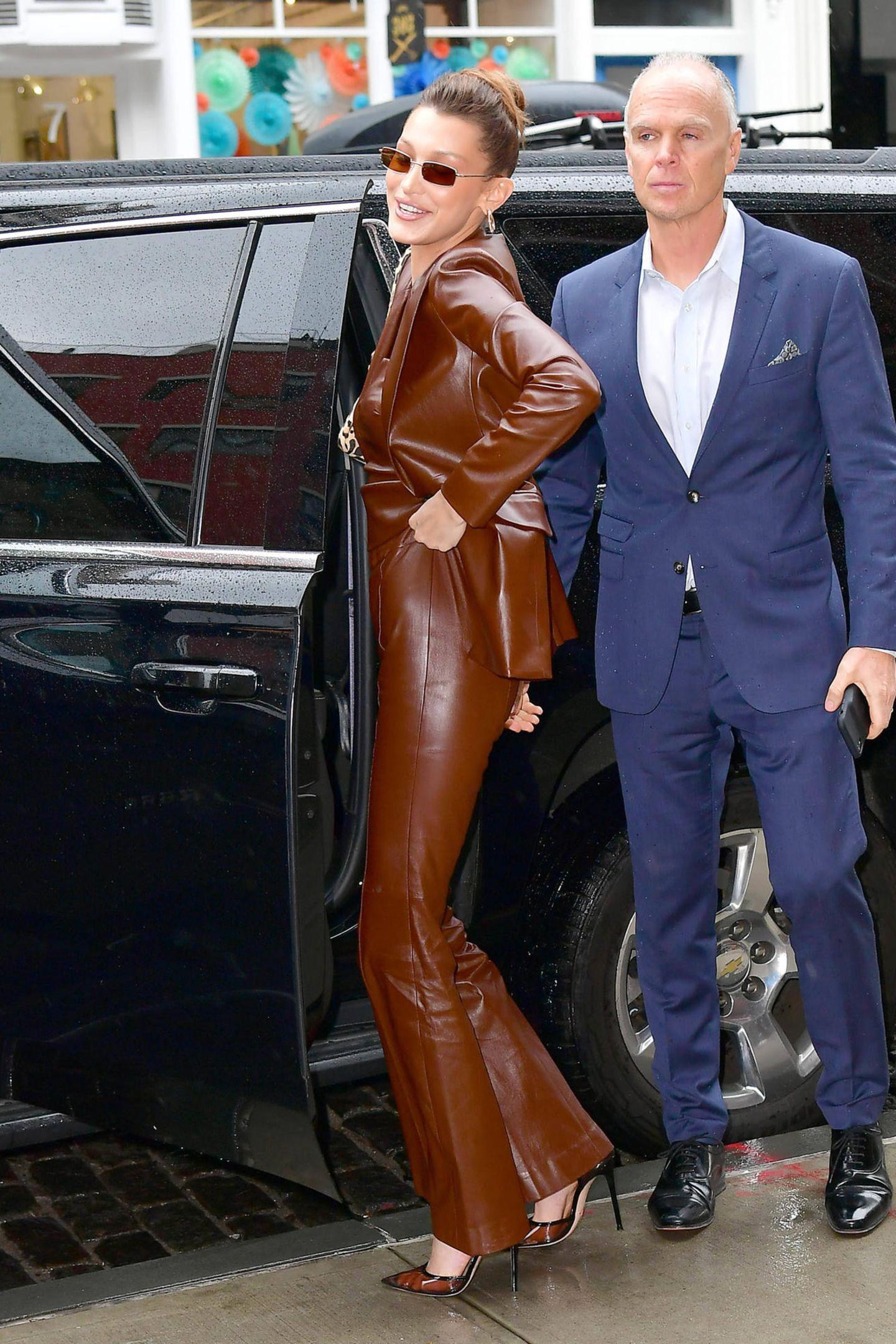 Auf dem Rückweg muss sich Bella Hadid die Hose wieder hochziehen. Eine Nummer kleiner wäre wohl besser gewesen.