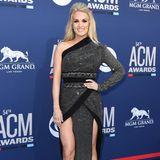 Im Januar 2019 bringt Carrie Underwood den kleinen Jacob zur Welt. Kurz darauf beginnt sie wieder, sich im Fitnessstudio in Form zu bringen - mit Erfolg. Nur zehn Wochen später steht sie auf dem roten Teppich der ACM Awards und sieht einfach fabelhaft aus.