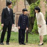 ... seinen ElternPrinzessin Akishino undPrinz Akishino werden während der Eingangszeremonie einige Erinnerungsfotos geschossen.