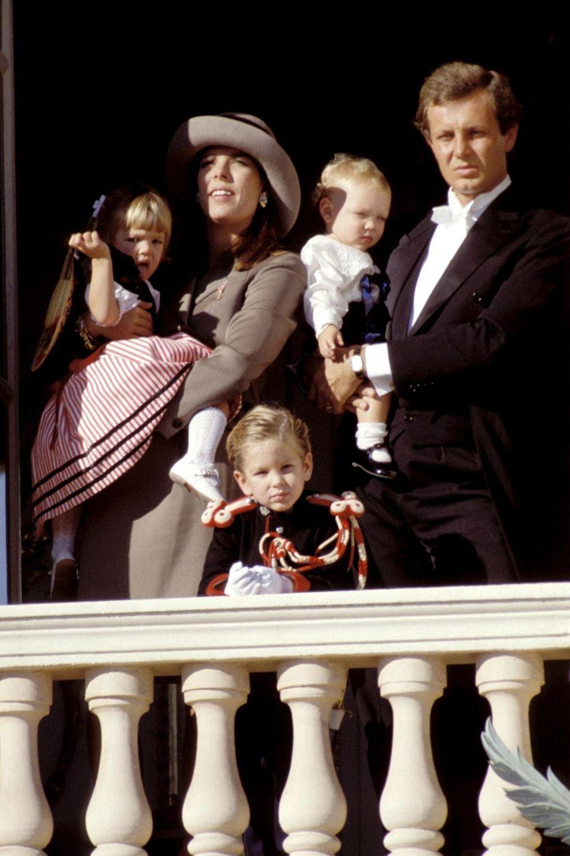 Ein Bild aus glücklichen Tagen: Prinzessin Caroline und Stefano Casiraghi posieren am Nationalfeiertag Monacos mit ihren drei Kindern Andrea, Charlotte und dem kleinen Pierre (v. l.). Nur zwei Jahre später kommt Stefano bei einem Bootsrennen ums Leben.