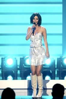Der Popstar kombinierte nämlich Stiefel mit einem weiten Schaft zu dem feinen Kleid. Mutig, denn mit weißen Boots kann man auch schnell mal einen Fashion-Fail landen, aber ProfiLena sieht fantastisch aus.