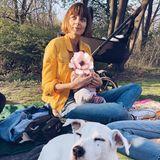 8. April 2019  Topmodel EvaPadberg genießt das frühsommerliche Wetter draußen und im Grünen zusammen mit ihrerdrei Monate alten Tochter sowieihrem flauschigem Vierbeiner. Hach, da kommenauch bei uns Frühlingsgefühle auf.