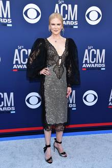 """Auf dem roten Teppich der """"Academy of Country Music Awards"""" am 7. April zeigt sich Nicole Kidman in einem Runway-Kleid von Christopher Kane. Aus einem Spitzenstoff, aus dem auch die Ärmel und der Saum bestehen, hat der Designer einen außergewöhnlichen Ausschnitt gezaubert."""