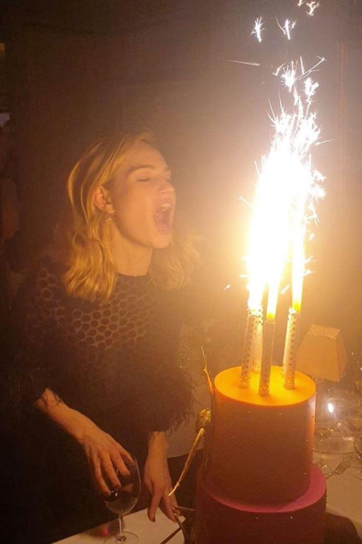 """Zum 30. Geburtstag gibt es bei Schauspielerin Lily James eine Feuerwerks-Torte. Aber nicht nur das: Die hübsche """"Downton Abbey""""-Schauspielerin hat für ihre große Party sogar einen Club gemietet, in dem sie dann zusammen mit zahlreichen Freundendie Nacht zum Tag machte."""
