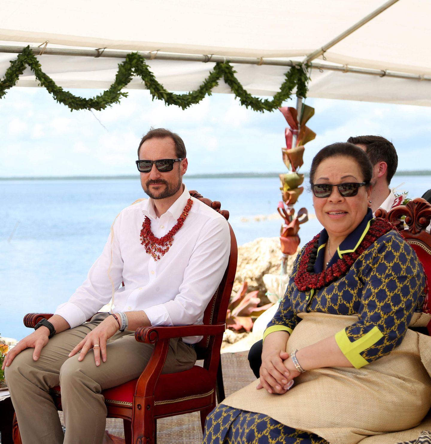 6. April 2019  Wenige Tage zuvor besuchte der Kronprinz von Norwegen nochKönigin Nanasipau'u im Dorf 'Ahau in Tonga. Dort wurde er mit einheimischen Schmuck beschenkt.