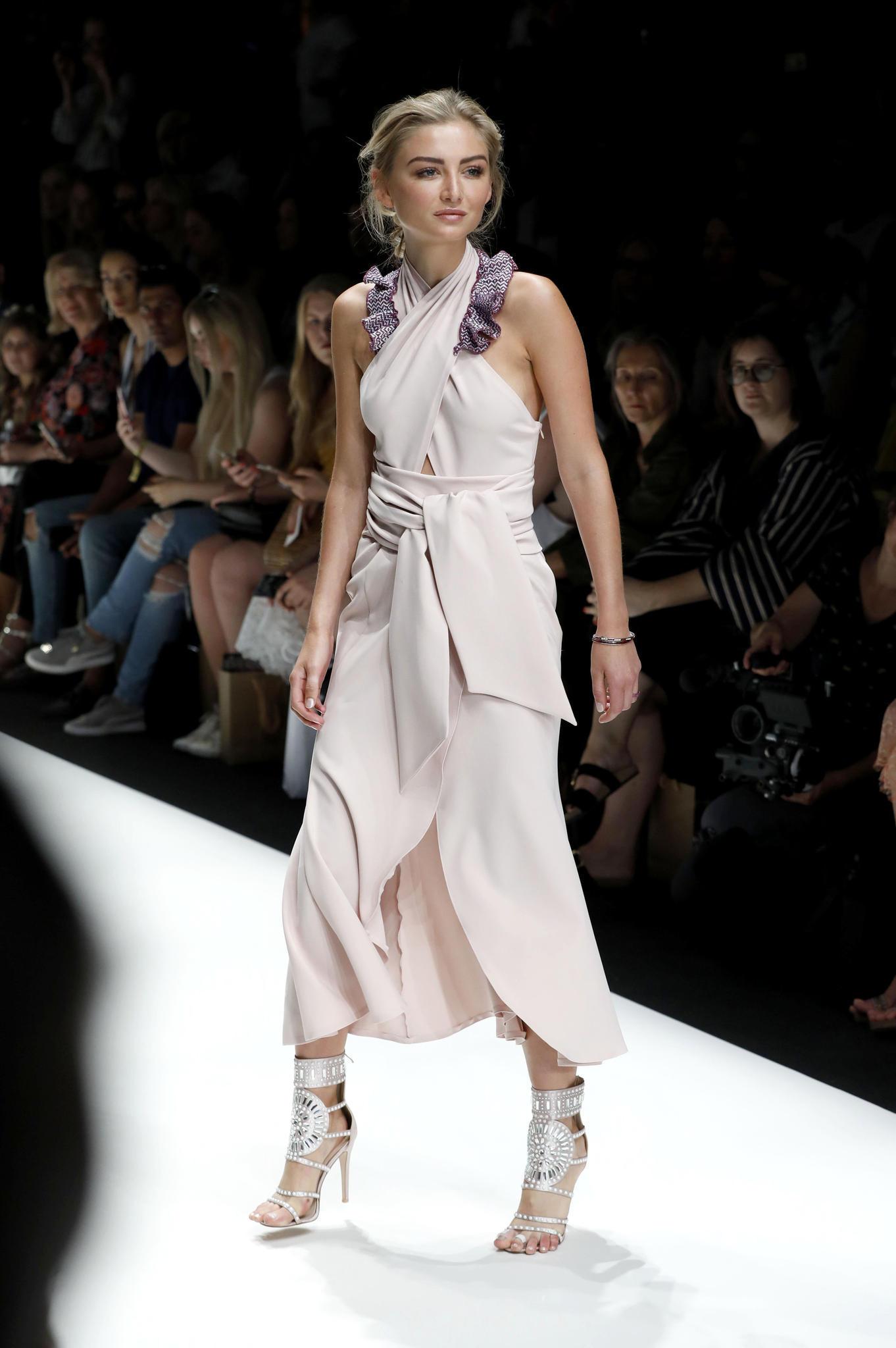Bis heute ist Julia Wulf ein gefragtes Model und steht regelmäßig vor der Kamera oder auf dem Catwalk - wie hier auf der Berliner Fashion Week für Lana Müller.