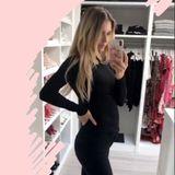 """Neun Tage nach der Geburt ihrer kleinen Tochter schießt Scarlett Gartmann dieses Selfie und bringt ihre Fans ordentlich zum Staunen, denn ihr hautenges Outfit zeigt: Der Babybauch ist schonfast komplett verschwunden und auch sonst ist von Schwangerschaftspfunden keine Spur mehr. Kein Wunder also, dass sich die Freundin von Marco Reusgerne in ihrembegehbaren Kleiderschrank aufhält und als den vielen schönen """"alten"""" Teilen wählen kann – denn die passen wohl wieder schneller, als gedacht."""